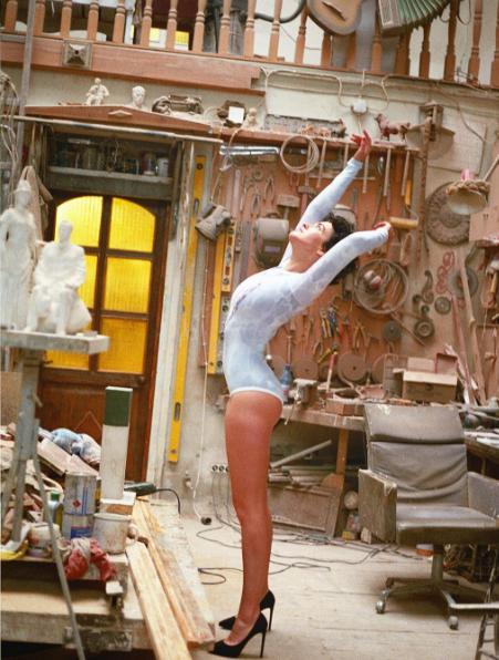 Даша Астафьева в мастерской скульптора