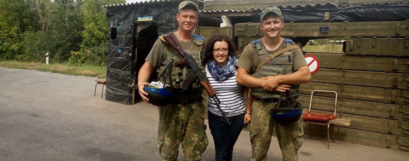 Руководитель программного отдела Радио FM Галичина Ирина Процик (в центре) с украинскими военными