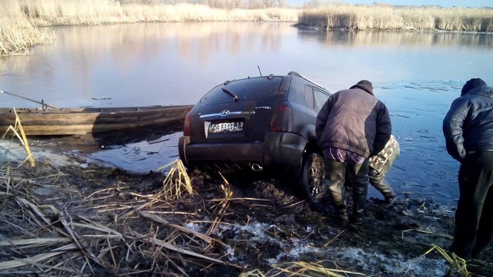 Спасатели достали из Днепра кроссовер