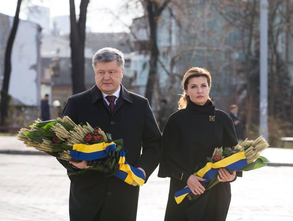Порошенко вместе с супругой почтили память жертв Голодомора на Михайловской площади.