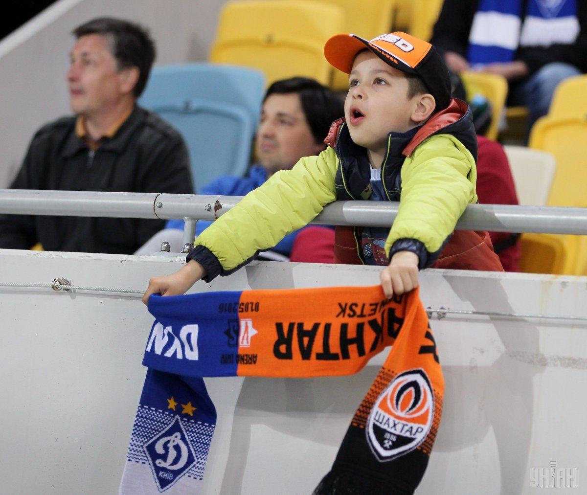 Маленький болельщик на матче