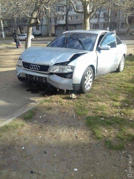 трое неизвестных сначала избили водителя AudiA6