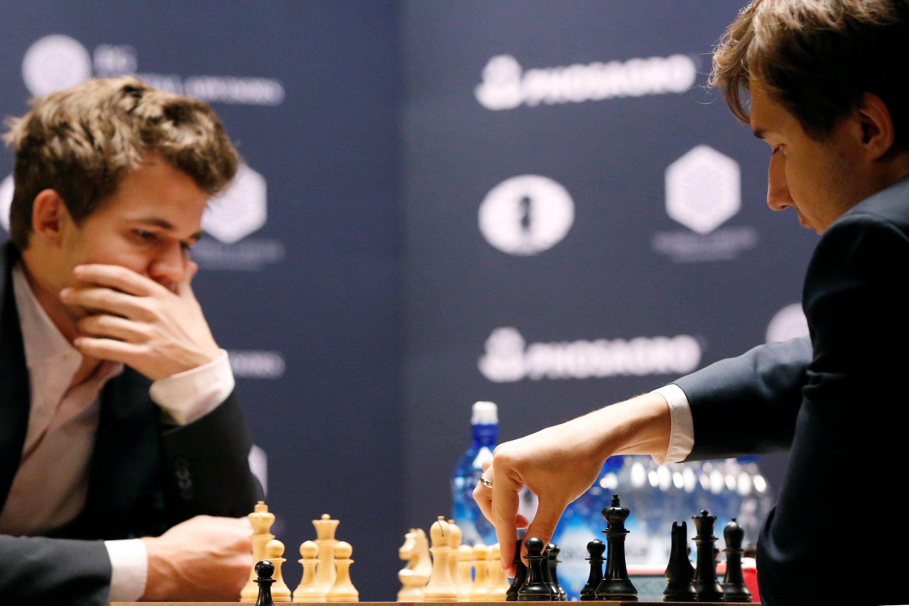 Магнус Карлсен и Сергей Карякин (справа)