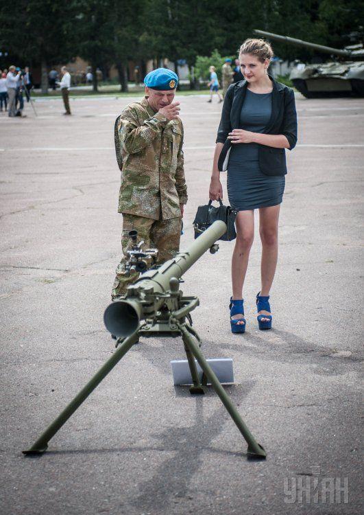 Десантник с девушкой, иллюстрация