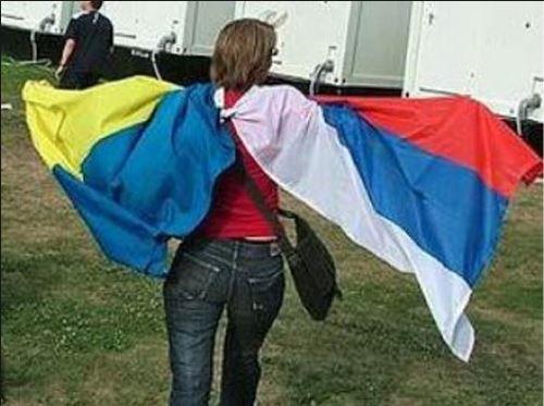 Женщина с флагами Украины и России, иллюстрация