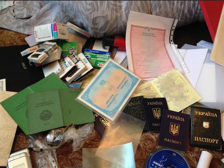 Вещи и документы, найденные у злоумышленников