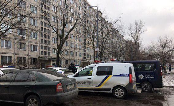 В киевской квартире копы заблокировали злоумышленника