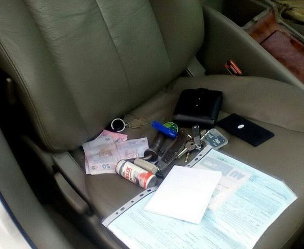 Вещи, деньги и документы, найденные у злоумышленника
