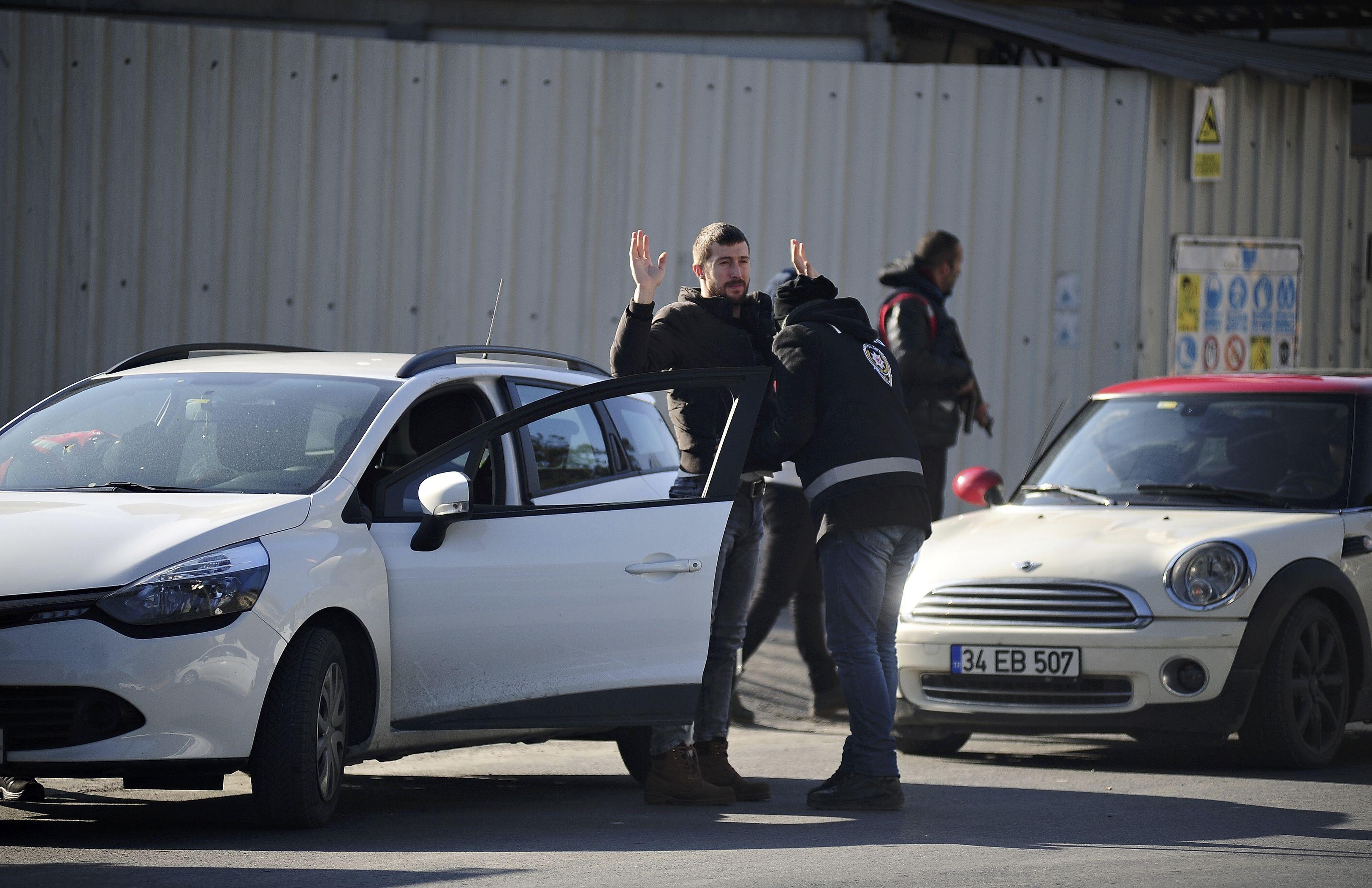 Полиция проверяет людей у входа в клуб, где прогремел взрыв.