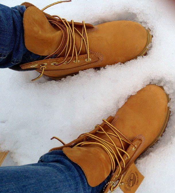 Ботинки в снегу, иллюстрация