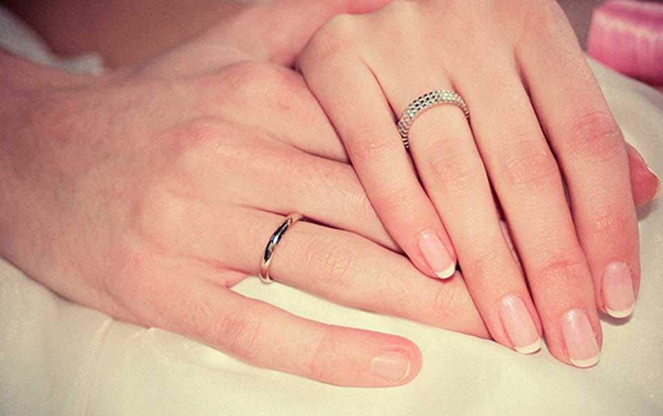 Обручальное кольцо предлагают вставлять в авокадо.