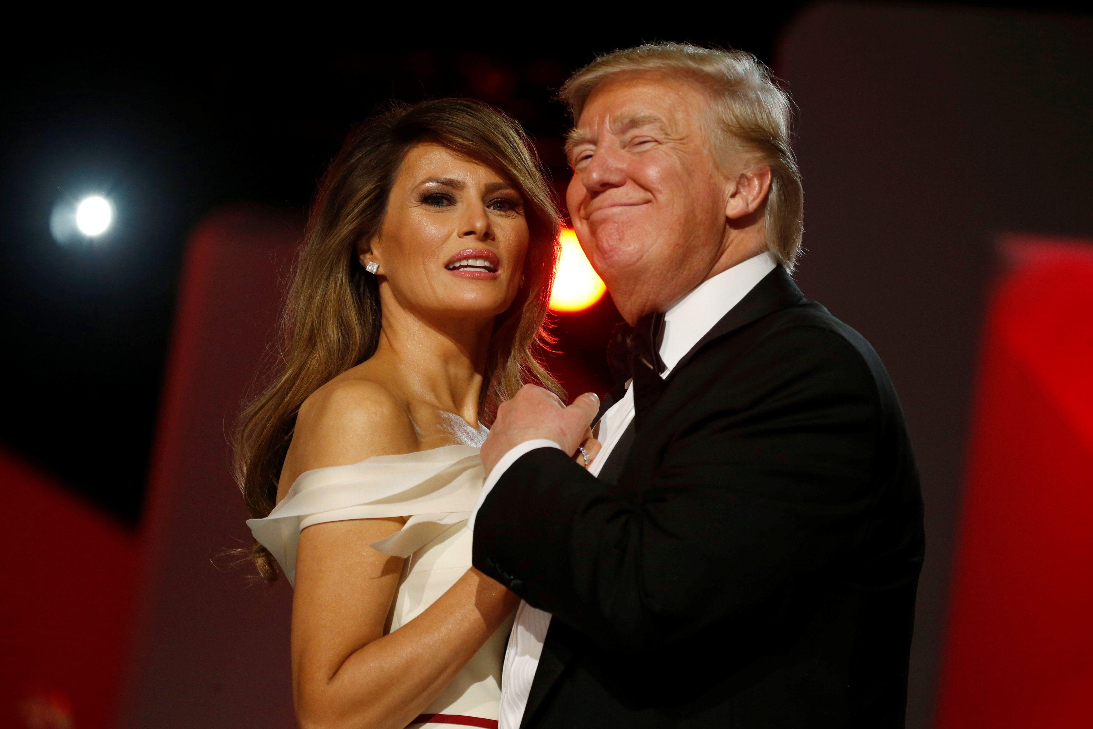 Трамп оконфузился, приветствуя вернувшуюся в Белый дом супругу