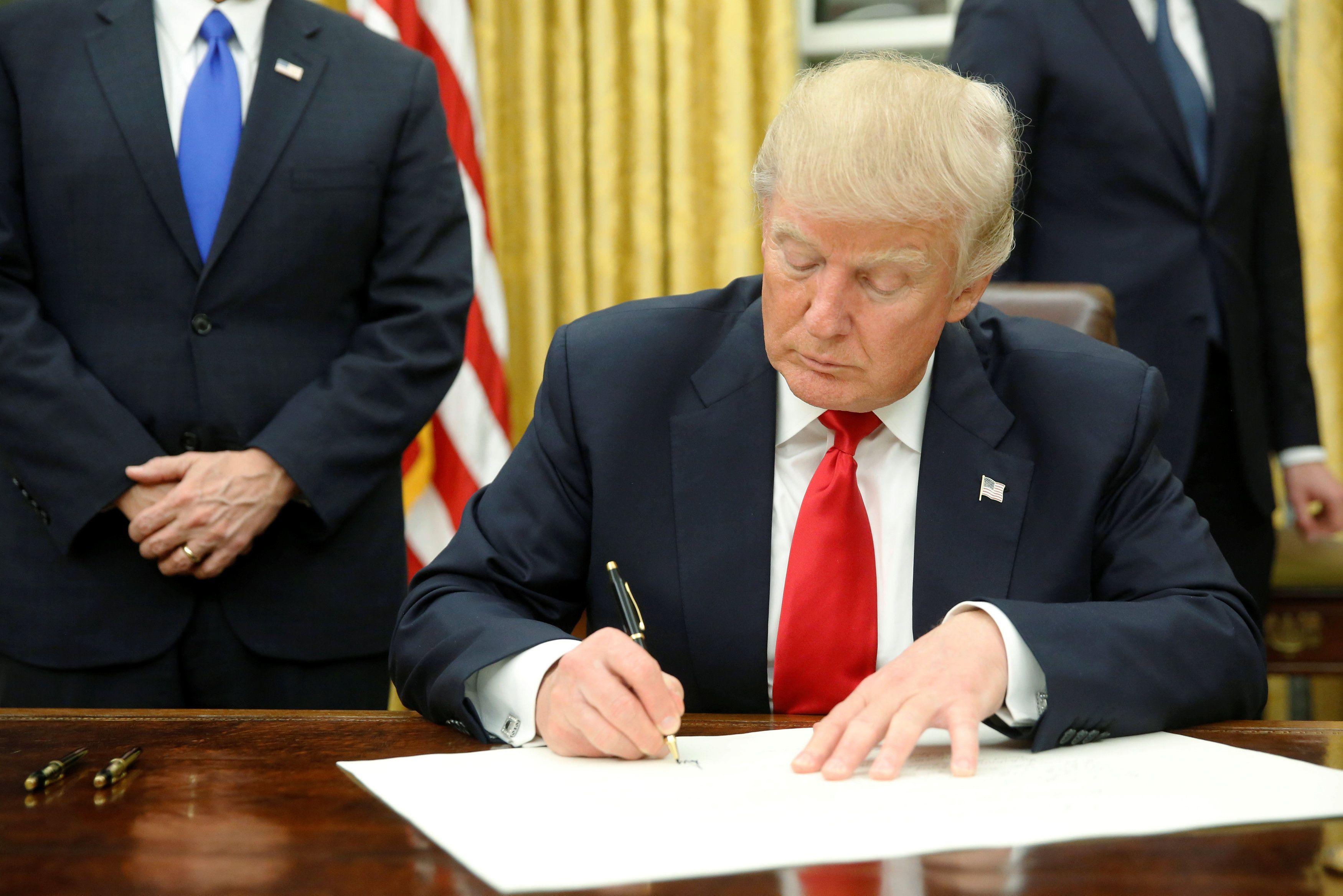 Дональд Трамп подписывает первый указ