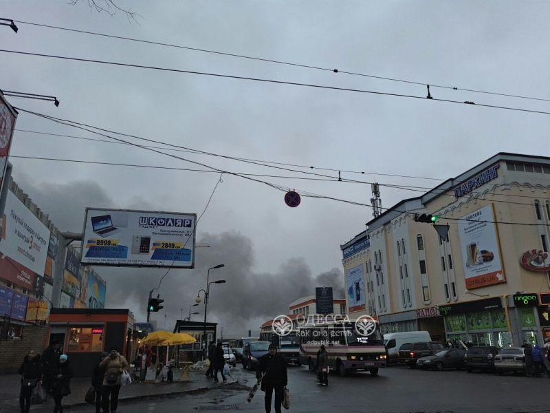 """Масштабный пожар на одесском """"Привозе"""": опубликованы фото и видео"""
