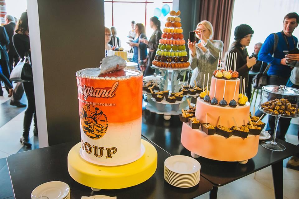 Торт в виде банки томатного супа на открытии отеля в Ужгороде