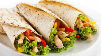 В фастфудах лучше есть салаты, посоветовала диетолог