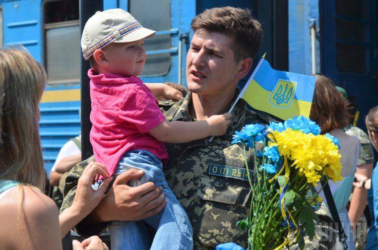 Встреча военнослужащих, вернувшихся из зоны АТО, на жд вокзале во Львове