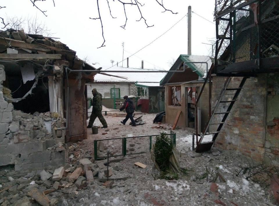 Разрушеные дома после ночного обстрела Авдеевки.