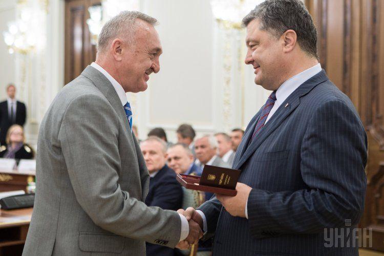 Виктор Чанов (слева) и президент Петр Порошенко