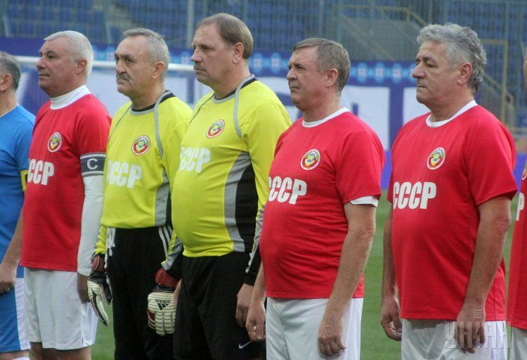 Виктор Чанов (второй слева) и