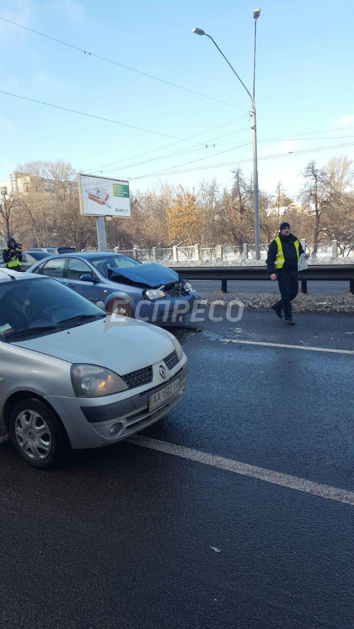 Масштабная авария в Киеве. На Шулявке столкнулись 5 авто, есть пострадавшие