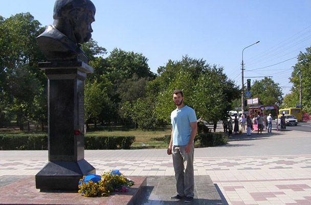Леонид Кузьмин у памятника Тарасу Шевченко в Симферополе
