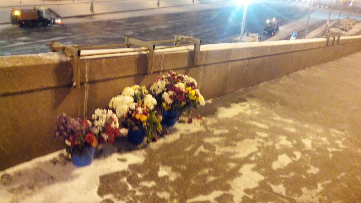 Мемориал на мосту Немцова зачищен.