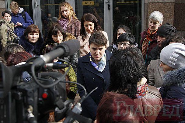 Надежда Савченко на встрече с родственниками украинских  заложников