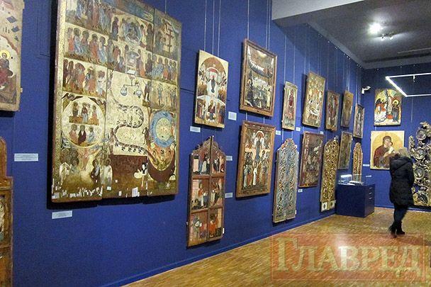 На синем фоне — иконы восточного обряда
