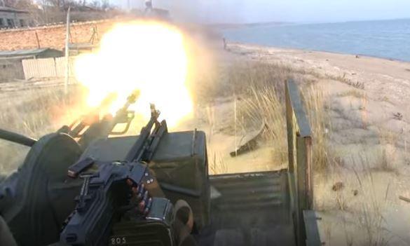 Украинские военные ведут отгонь