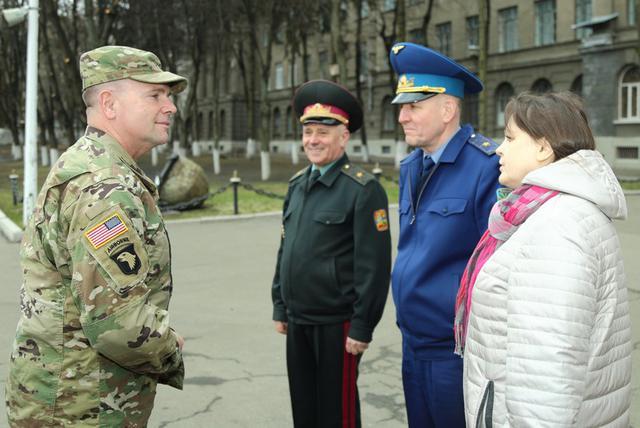 Бен Ходжес (слева) посетил университет обороны Украины