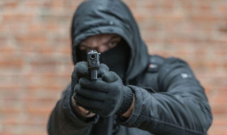 пистолет, балаклава, преступник