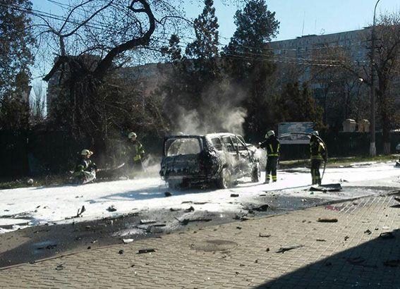 В Мариуполе взорвался джип с правоохранителем, опубликованы фото с места происшествия