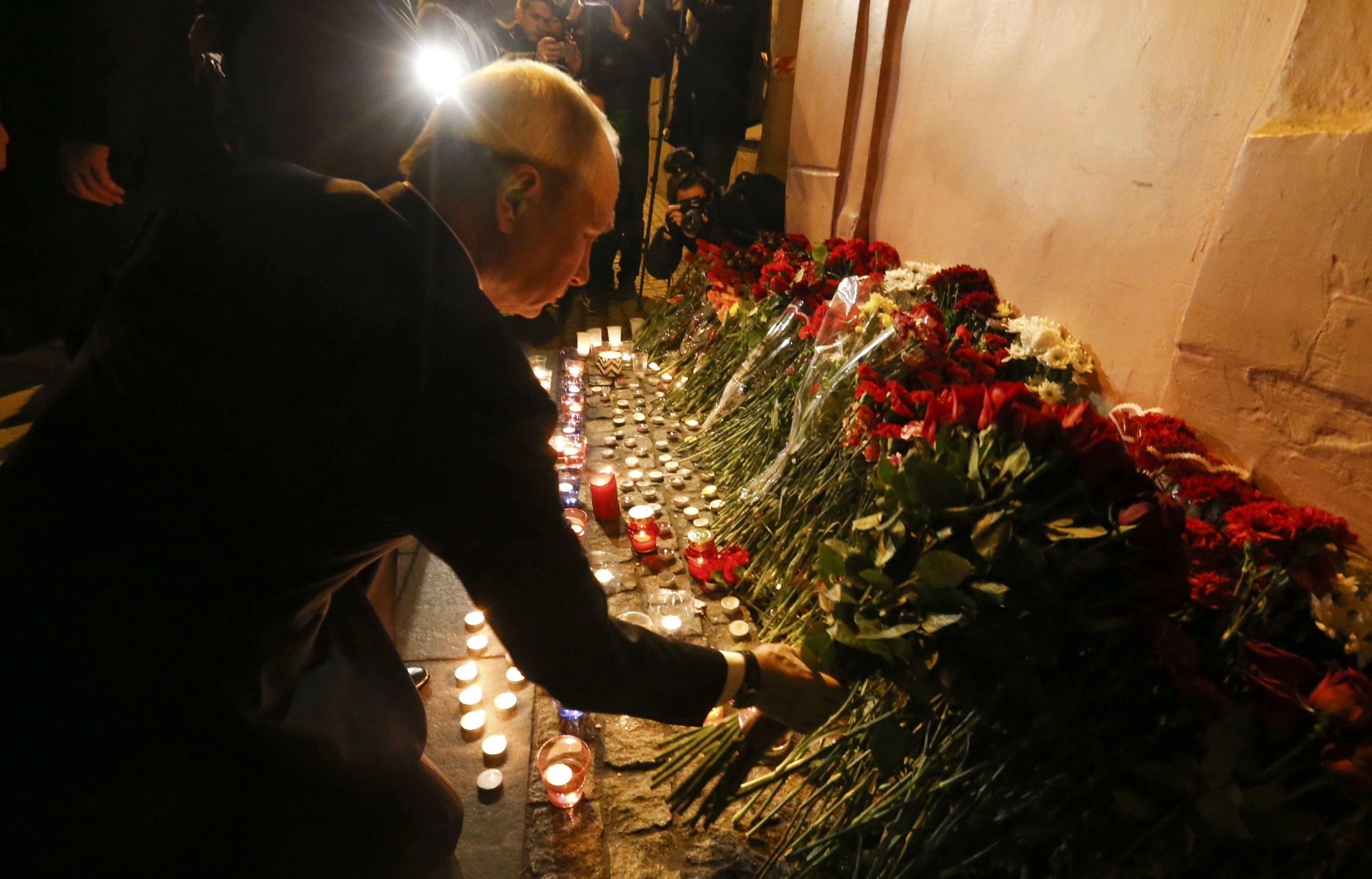 Владимир Путин возложил цветы у станции метро