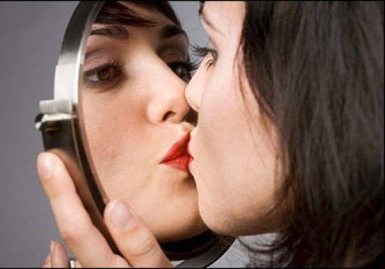 Психолог сообщила, что нездоровый нарциссизм выражается в необходимости возвыситься над кем-то, а любовь к себе не нуждается в разрушении других