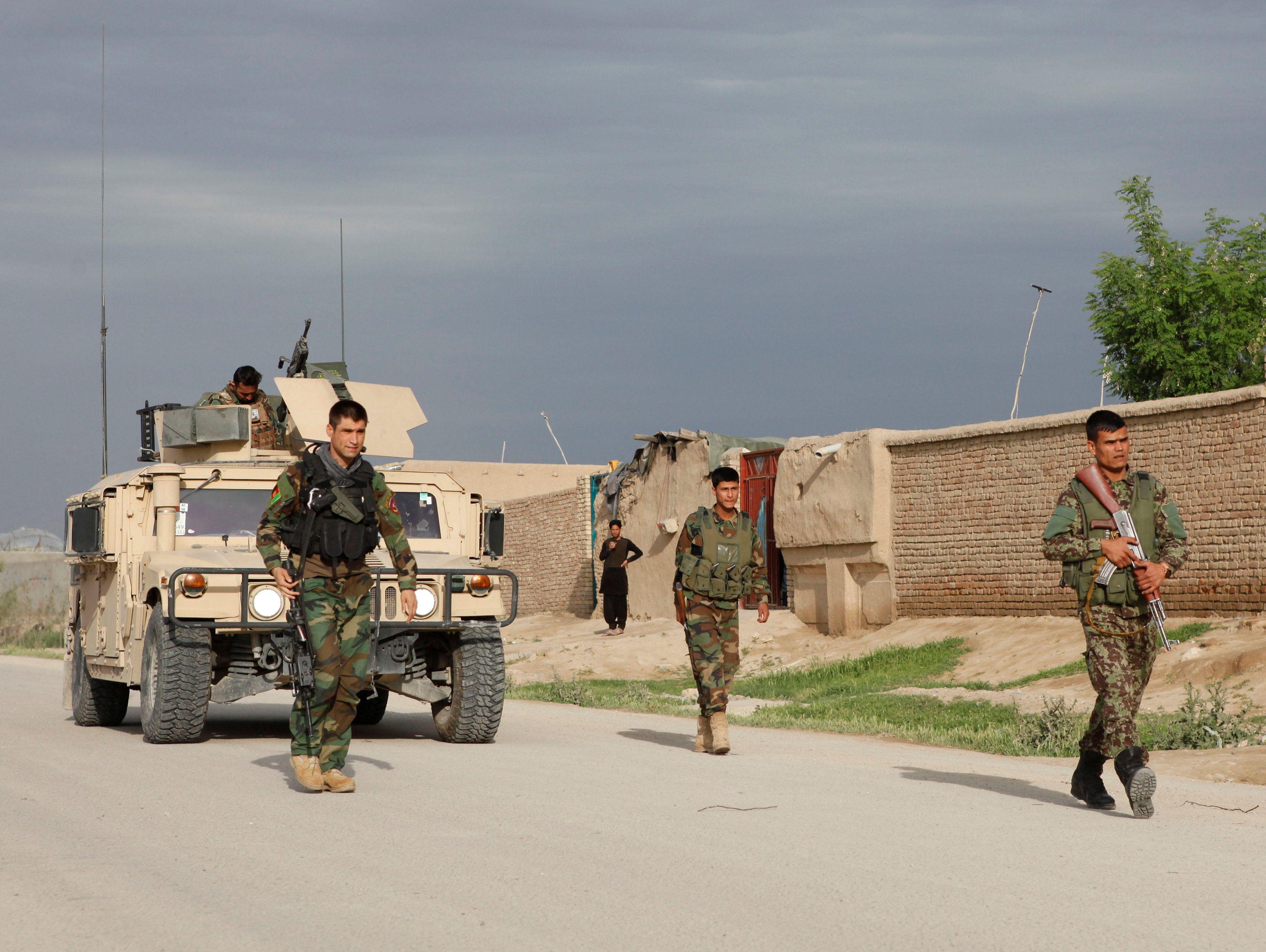 Афганские военные недалеко от места происшествия