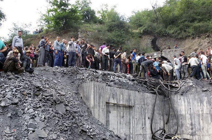 Люди собираются возле места взрыва шахты.