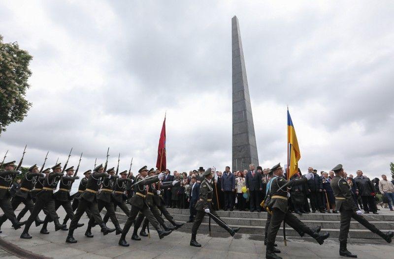 Порошенко почтил память погибших во Второй мировой войне, опубликованы фото