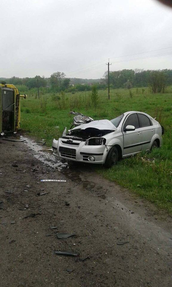 Под Харьковом иномарка на встречке протаранила грузовик