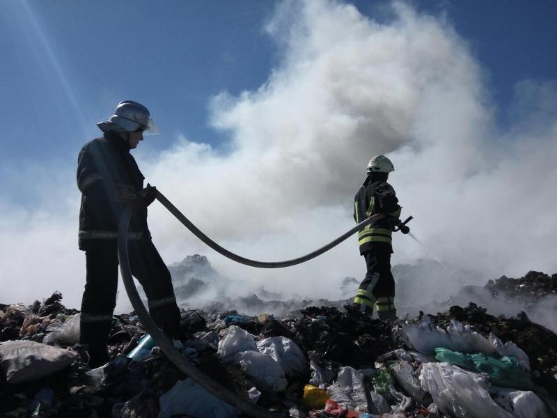 Под Киевом тушат пожар на мусорной свалке