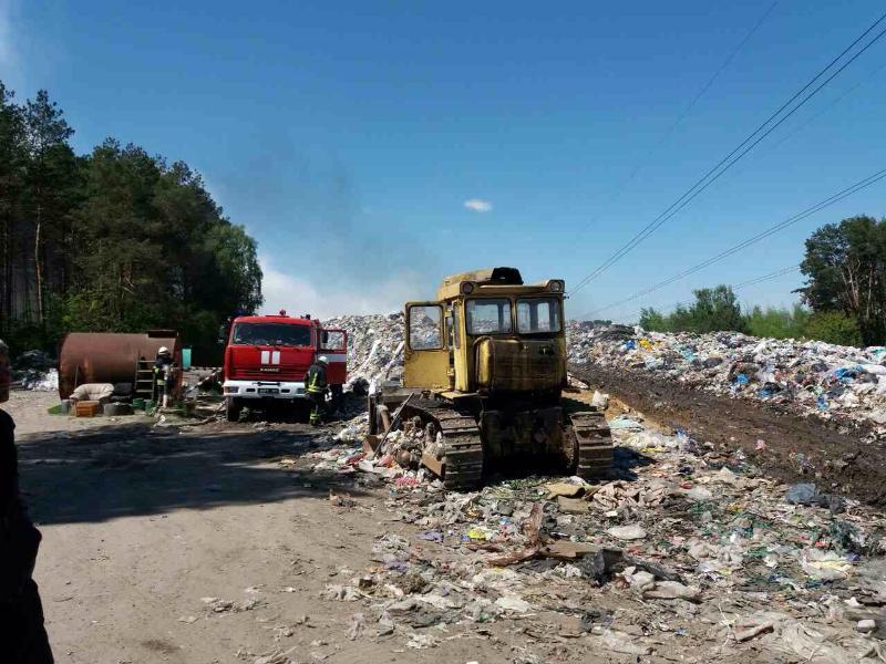 Под Киевом тушат пожар на мусорной свалке, опубликованы фото