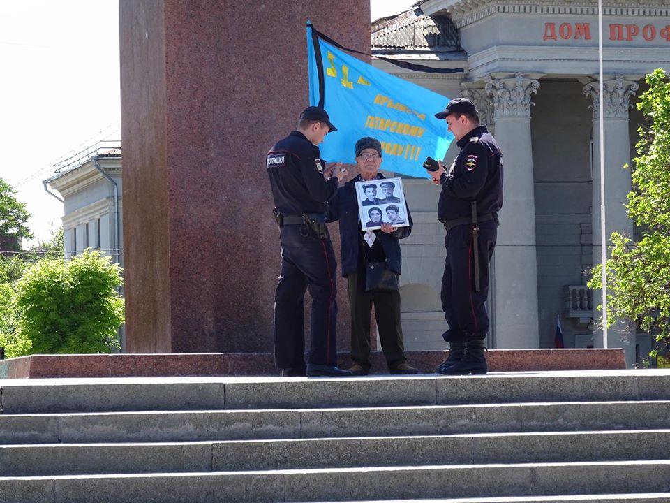 В Симферополе задержан Сервер Кераметов за одиночный пикет на площади Ленина