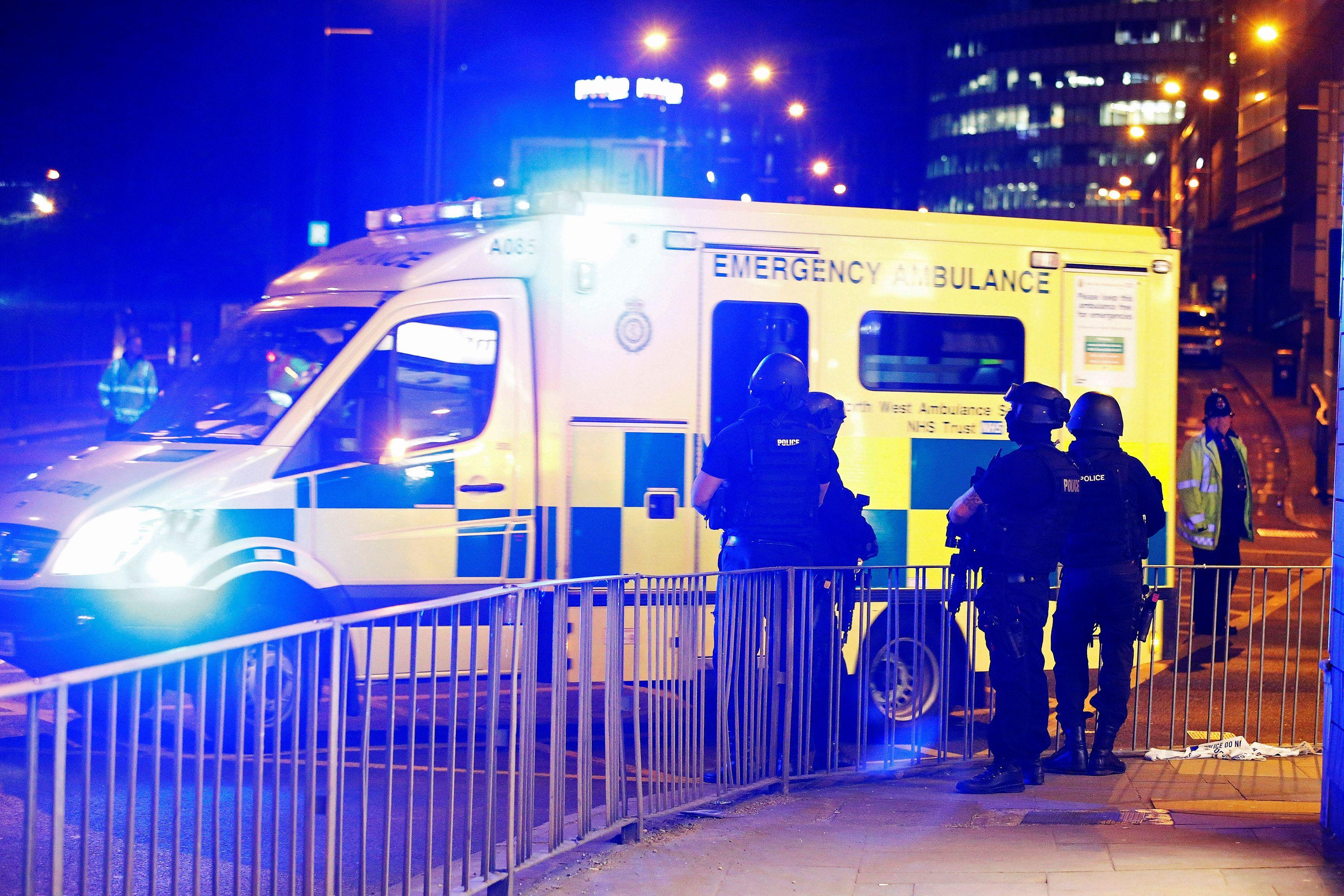 Скорая помощь и силовики в Манчестере, иллюстрация