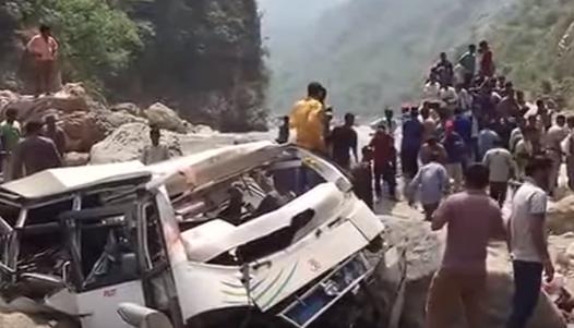 Разбитый автобус в Индии, иллюстрация