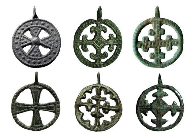 Давньослов'янські (роські) хрестики з Волині з відтворенням кола життя