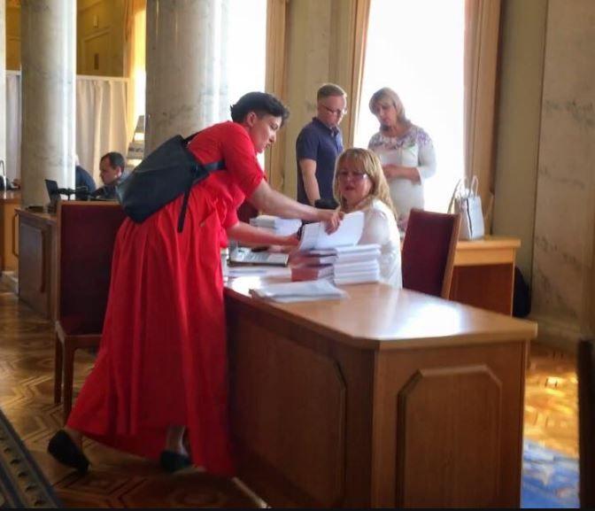 Савченко успела засветиться в Раде в широком красном платье.