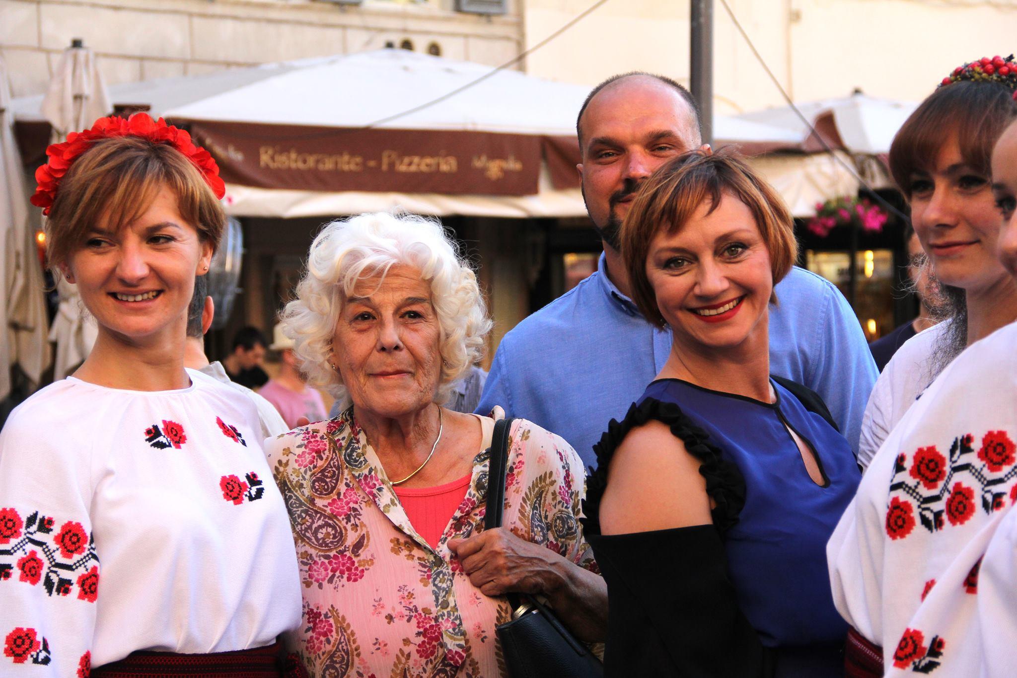 Лина Бернарди, Римма Зюбина и Тарас Ткаченко в окружении украинок в Риме