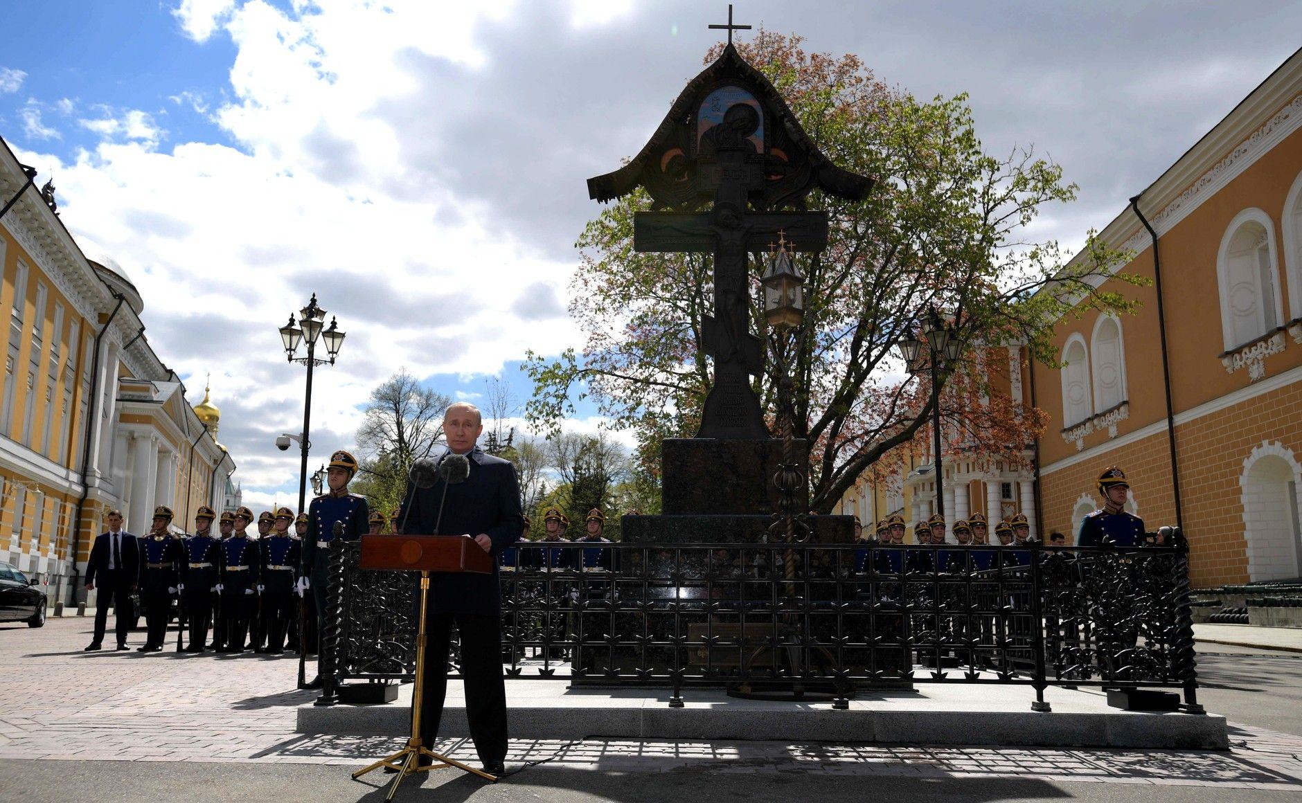 Владимир Путин открыл памятный крест на месте убийства великого князя Сергея Александровича
