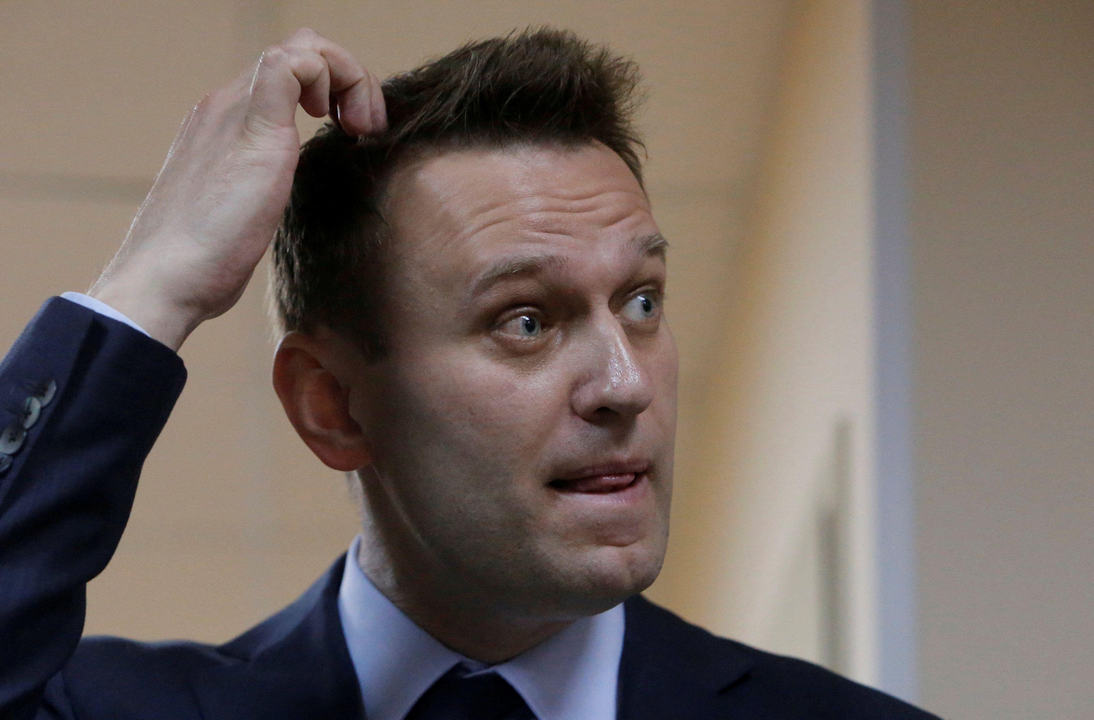 По информации пресс-секретаря, Навального задерживали пять омоновцев