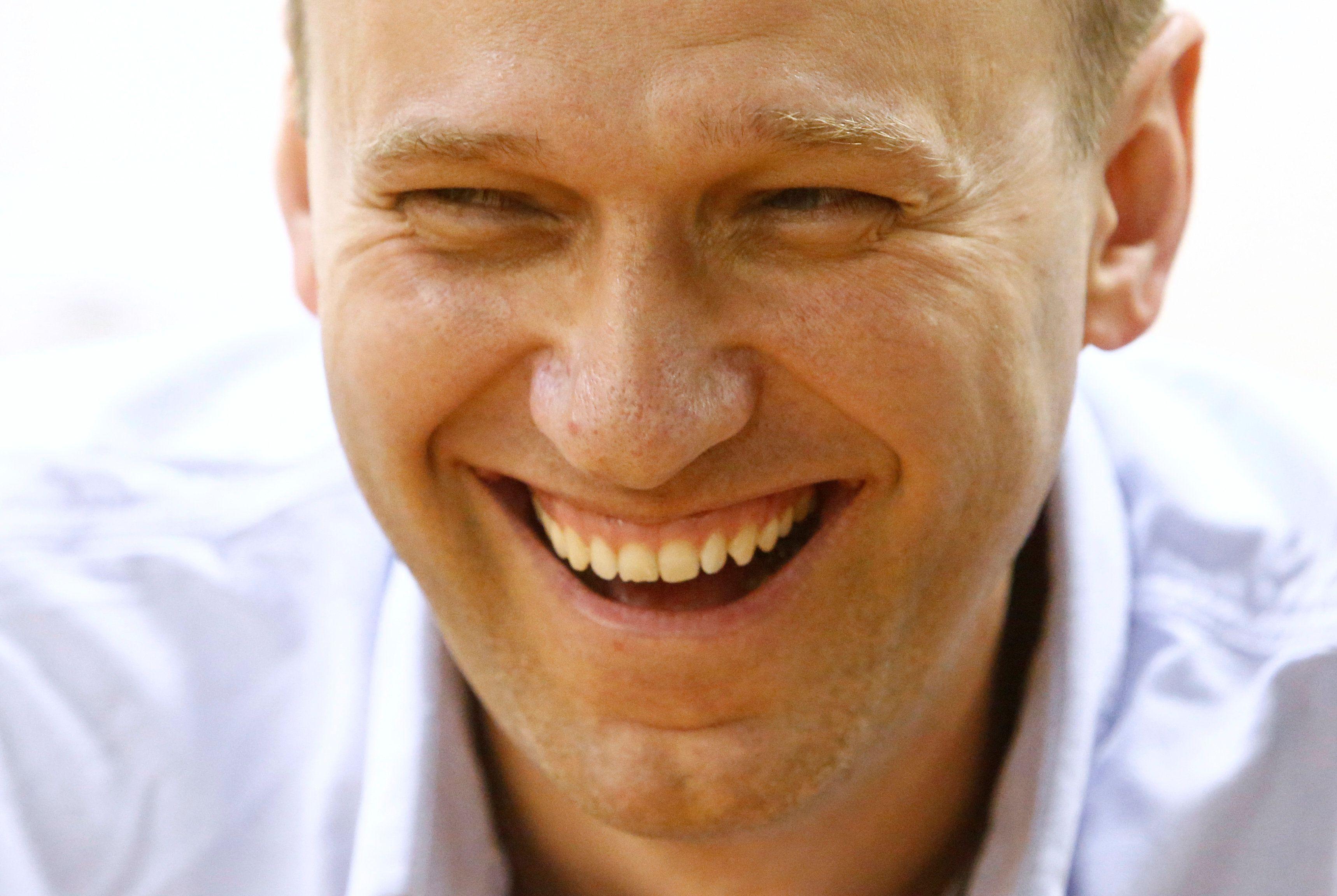 Навального специально не позволяют забрать из омской больницы, считает его соратник – Навальный новости